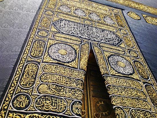 Кисва - традиционноепокрывало Каабыиз чёрного шелка с узором золотыми нитями / islam-today.ru
