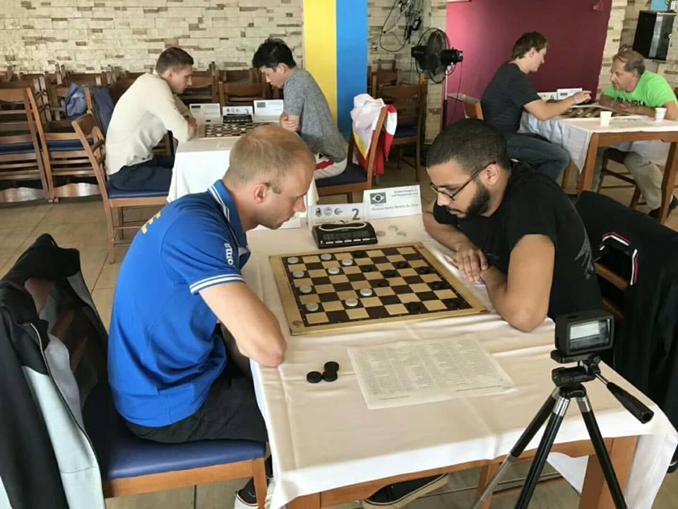 Юрий Аникеев (слева) стал чемпионом мира по шашкам-64 в блице / fmjd.com