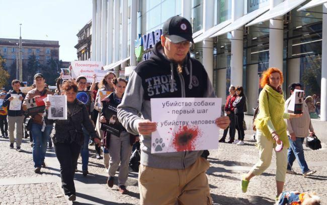 У руках вони тримали фотографії тварин і плакати з написами «Я хочу жити!» \ фото радіо Свобода
