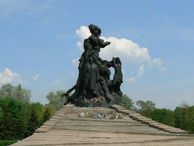 Памятник жертвам массовых убийств в Бабьем Яру / Фото 112.ua