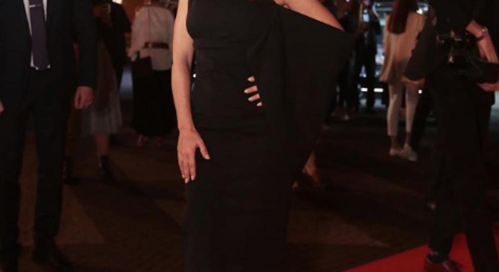 Знімок артистка опублікувала на своїй сторінці в Instagram. На ньому зірка  позує в чорній сукні зі спущеним рукавом і туфлях ... 1a638cfe0c7f4