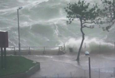 """Затоплені вулиці і знищені будинки: Китай накрив тайфун """"Мангхут"""" (відео)"""