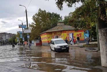 У Бердянську рахують збитки після потужної зливи (відео)