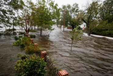 """Через ураган """"Флоренс"""" у більшості річок Північній Кароліні рівень води сягнув критичних позначок (відео)"""