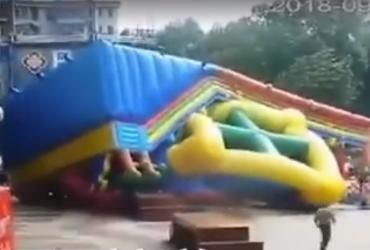 У Китаї ураган перевернув надувний замок разом з дітьми (відео)