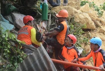 В результате схода оползня на Филиппинах погибли восемь человек