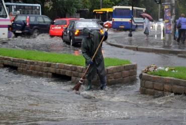 Затоплені вулиці, річки та водоспади: Одеса пережила потужну зливу (фото, відео)