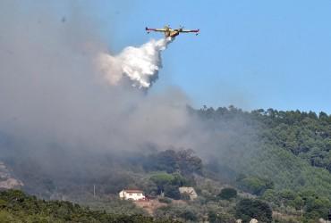 В Італії через лісову пожежу евакуювали сотні людей (відео)