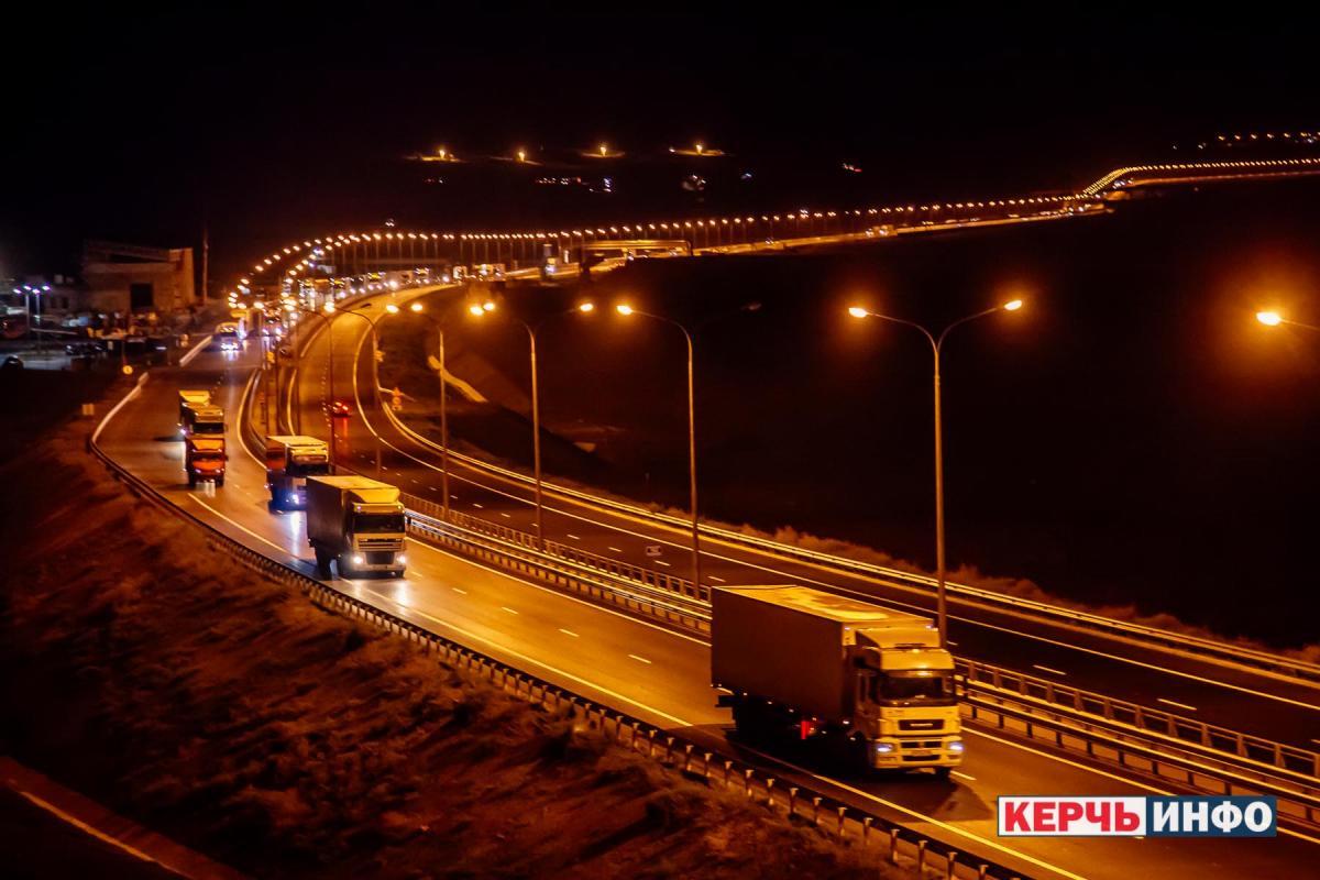 Теперь по Крымскому мосту будут ездить фуры / фото Керчь.Инфо