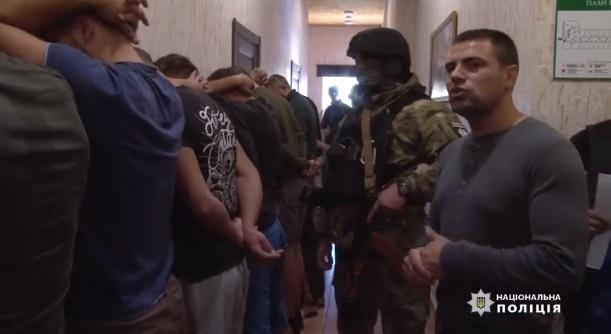 В полиции рассказали, кем оказались два десятка вооруженных парней, найденных в одесском хостеле / Скриншот