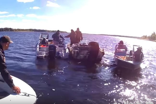У Запоріжжі перекинувся новий катер рибохорони, загинув поліцейський / скріншот -Youtube, Акцент Портал