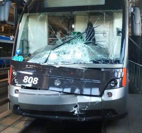 """У """"Электрона"""" разбито лобовое стекло / фото facebook.com/Kiev.transport.community"""