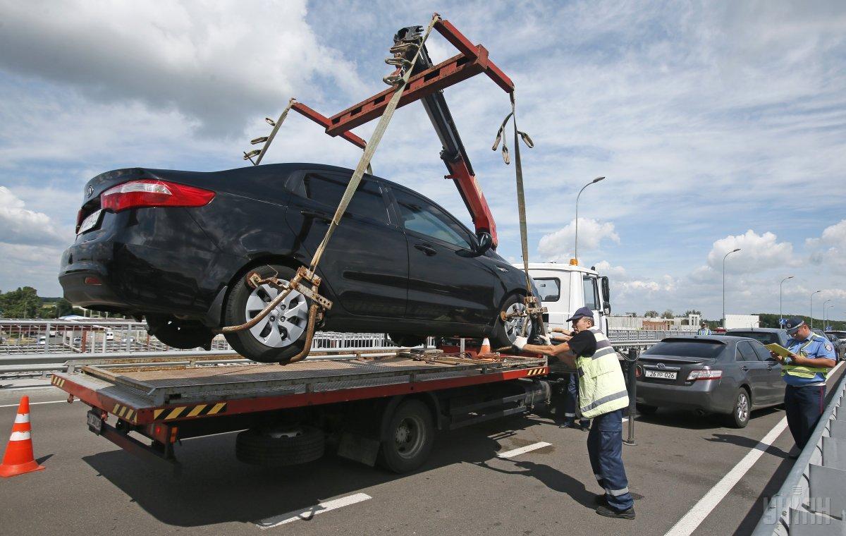 Киевсовет разрешил коммунальщикам эвакуировать брошенные авто / фото УНИАН