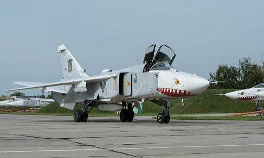 Украинские пилоты Су-24 снова удивили низким полетом / Flickr/Theo van Vliet