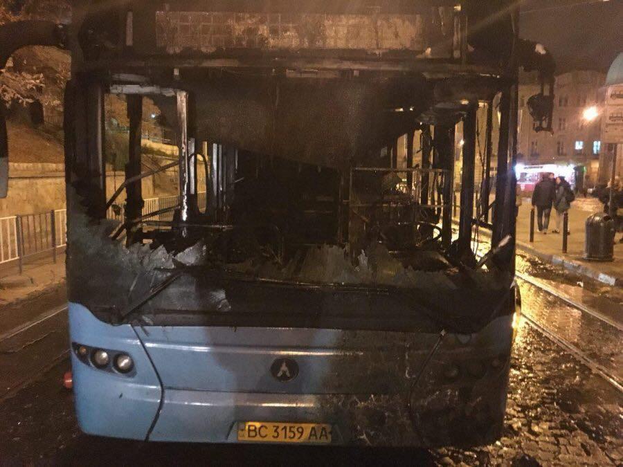 Во Львове ночью горел автобус / varta1.com.ua