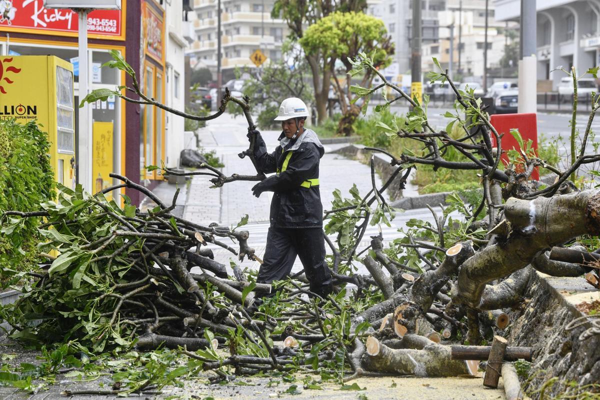 """Япония пострадала от удара тайфуна """"Трами"""" / REUTERS"""