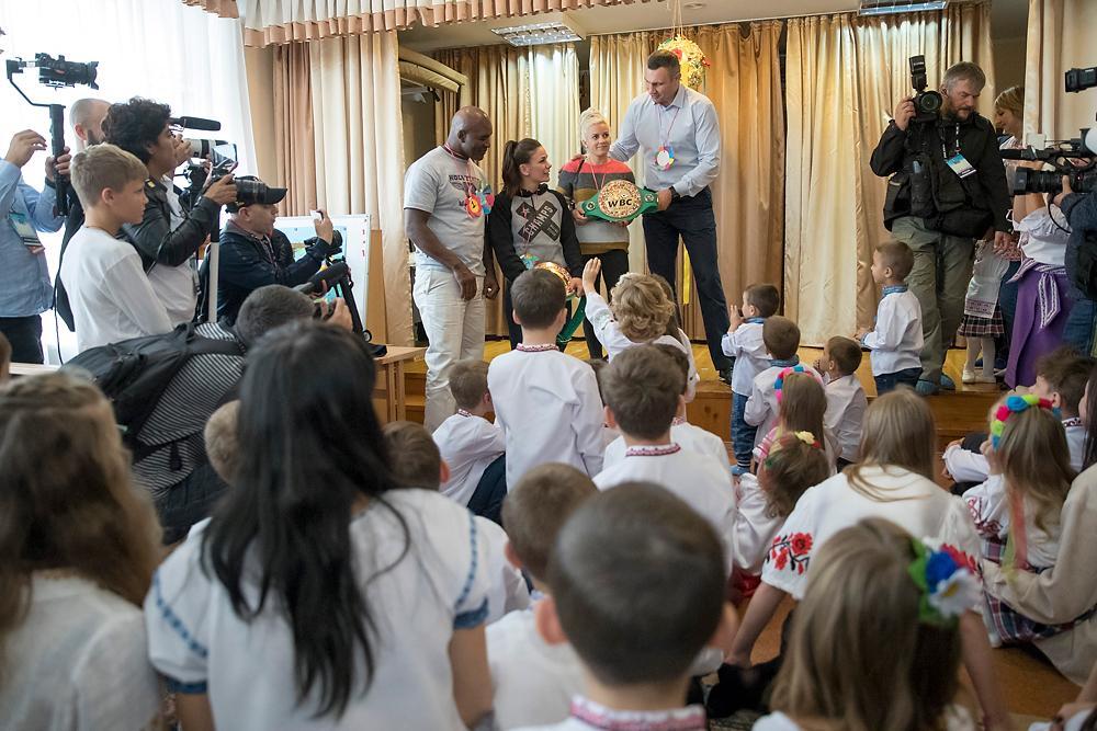 Кличко вместе с легендами бокса посетил центр помощи детям «Город счастливых детей» / kiev.klichko.org