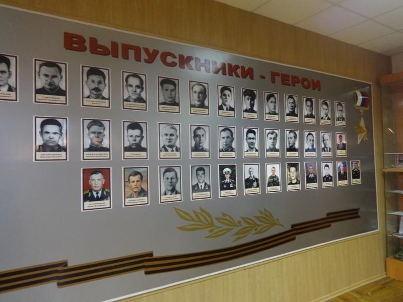 Стенд выпускников-героев РФ в ДВОКУ / фото Одноклассники