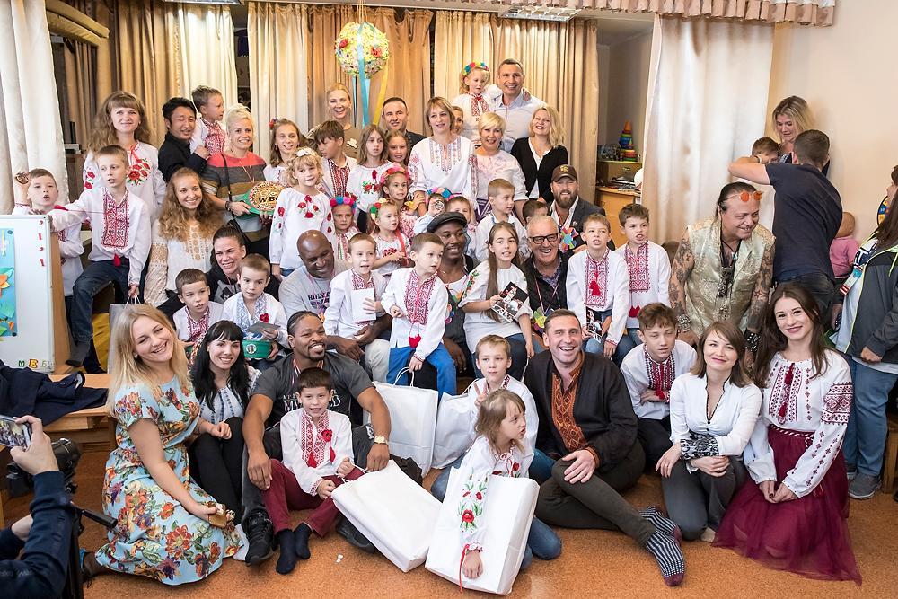Киевские дети были в восторге от общения с Кличко, Льюисом и Холифилдом / kiev.klichko.org