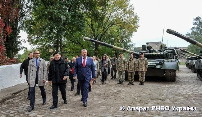 Турчинов передал вооруженным силам тяжелое вооружение и технику / Аппарат СНБО Украины