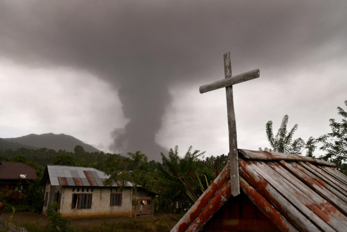 В Индонезии начал извергаться вулкан / REUTERS