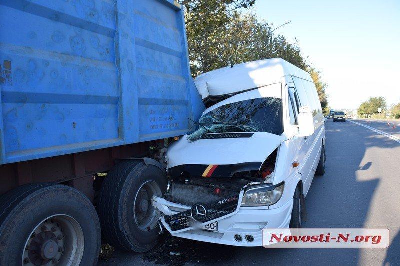 В результаті ДТП в Миколаєві маршрутка отримала значні пошкодження / фото Новини-N