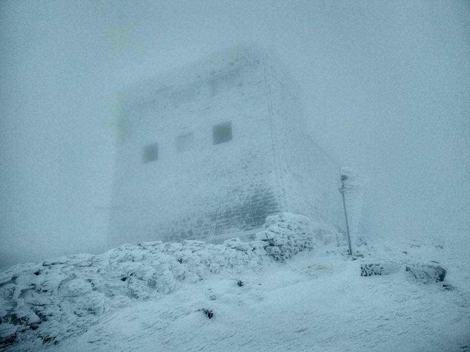 Снег выпал на горе Поп Иван Черногорский / Черногорский горный поисково-спасательный пост в Facebook.