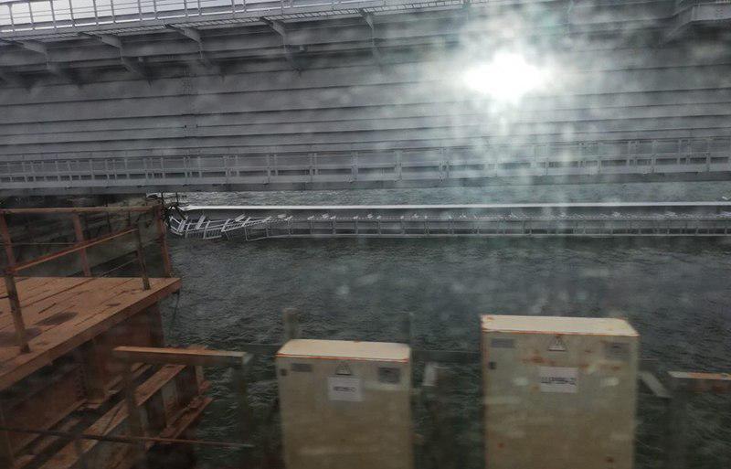 Пролет моста съехал в воду / Фото из группы «Керченский мост» ВКонтакте