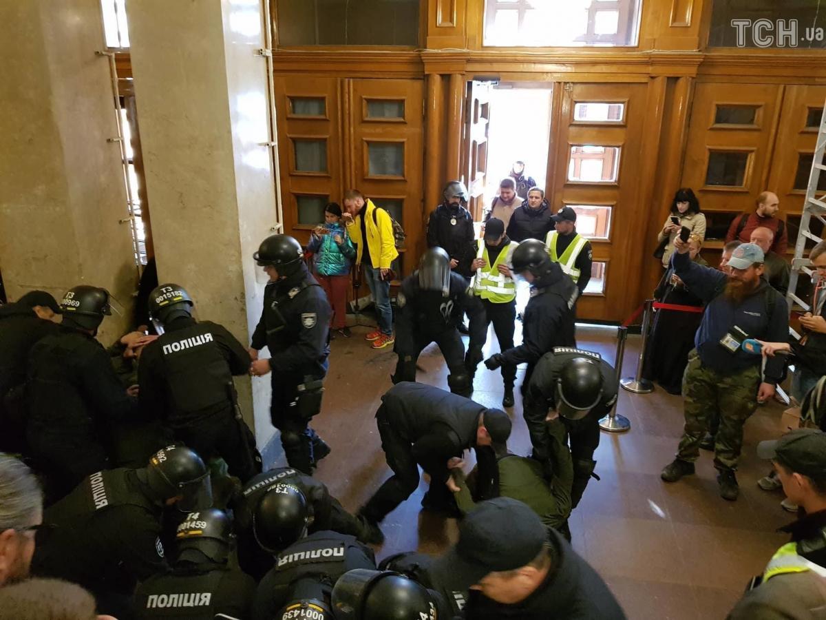Поліція затримала 19 осіб через напад на депутата Гусовського / фото  ТСН