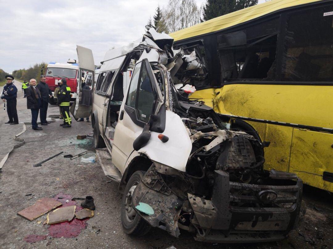 У Росії зіткнулися автобус і маршрутка  загинули 13 осіб (фото ... 61703ecbd4756