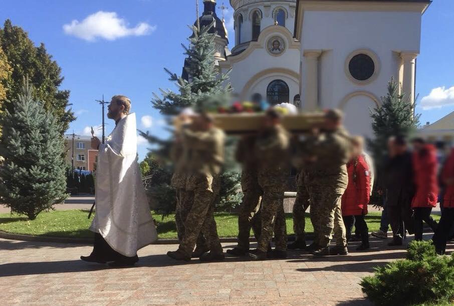 Священик Кіровоградської єпархії відспівав загиблого на сходівійськовослужбовця / orthodox-kr.org.ua