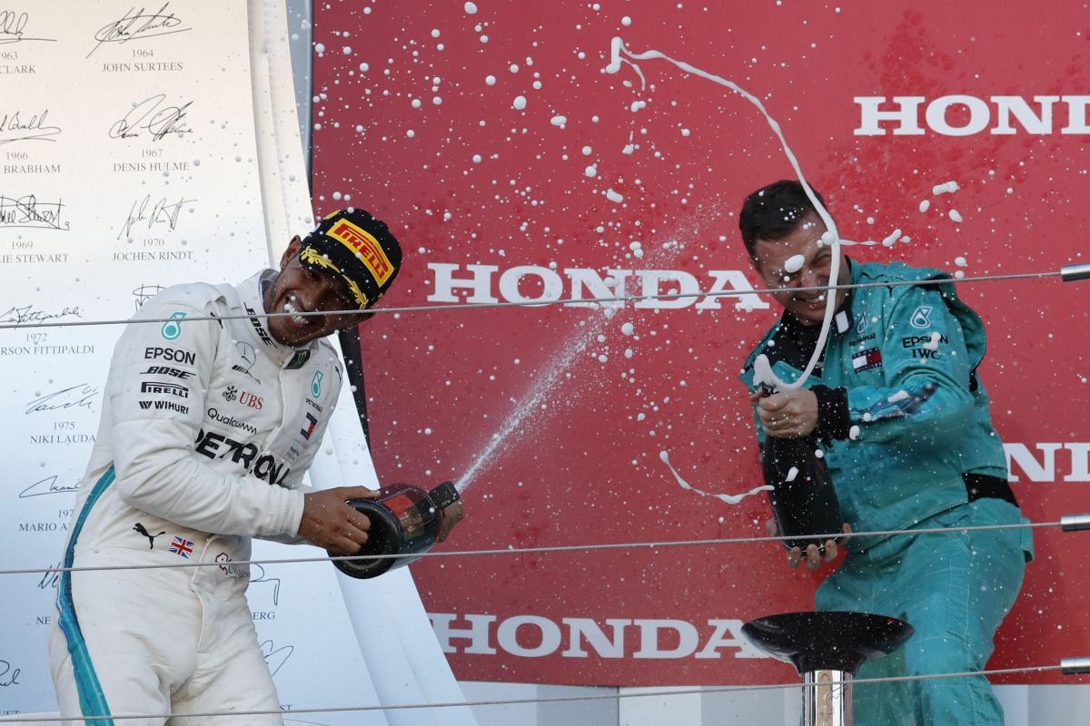 Льюис Хэмилтон (слева) выиграл Гран-при Японии / REUTERS