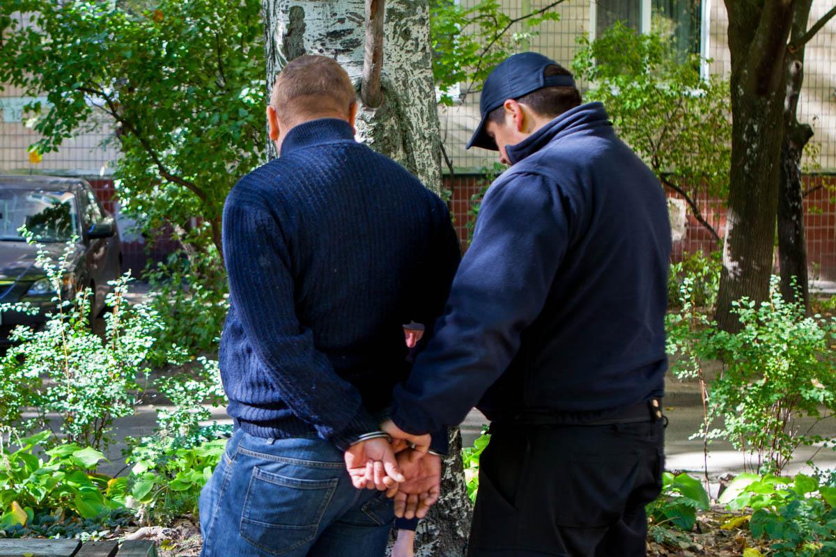 Чоловіків доставлять в Соборне відділення поліції / фото dp.informator.ua