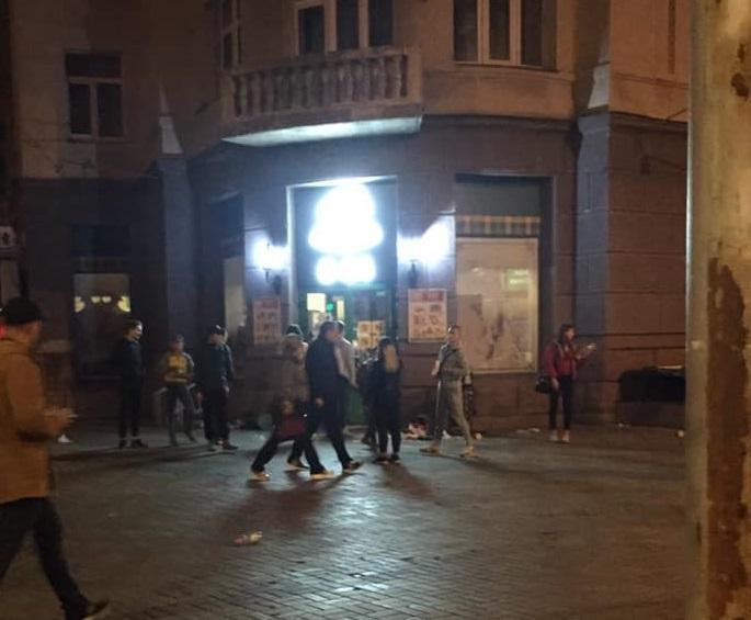 Деякі товари вони розкидали по вулиці / фото: facebook.com/abakalinskaya