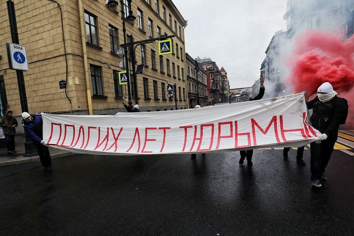 Одна из антипутинских акций в Петербурге в день рождения лидера РФ / фото Медіазона