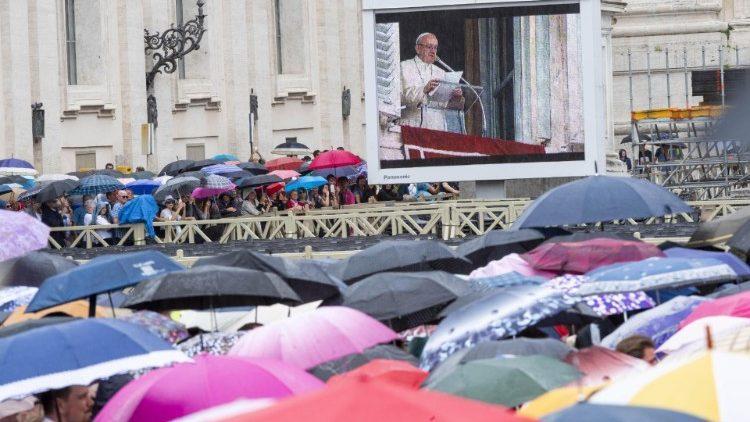 7 жовтня, віруючі на площі Святого Петра / ANSA