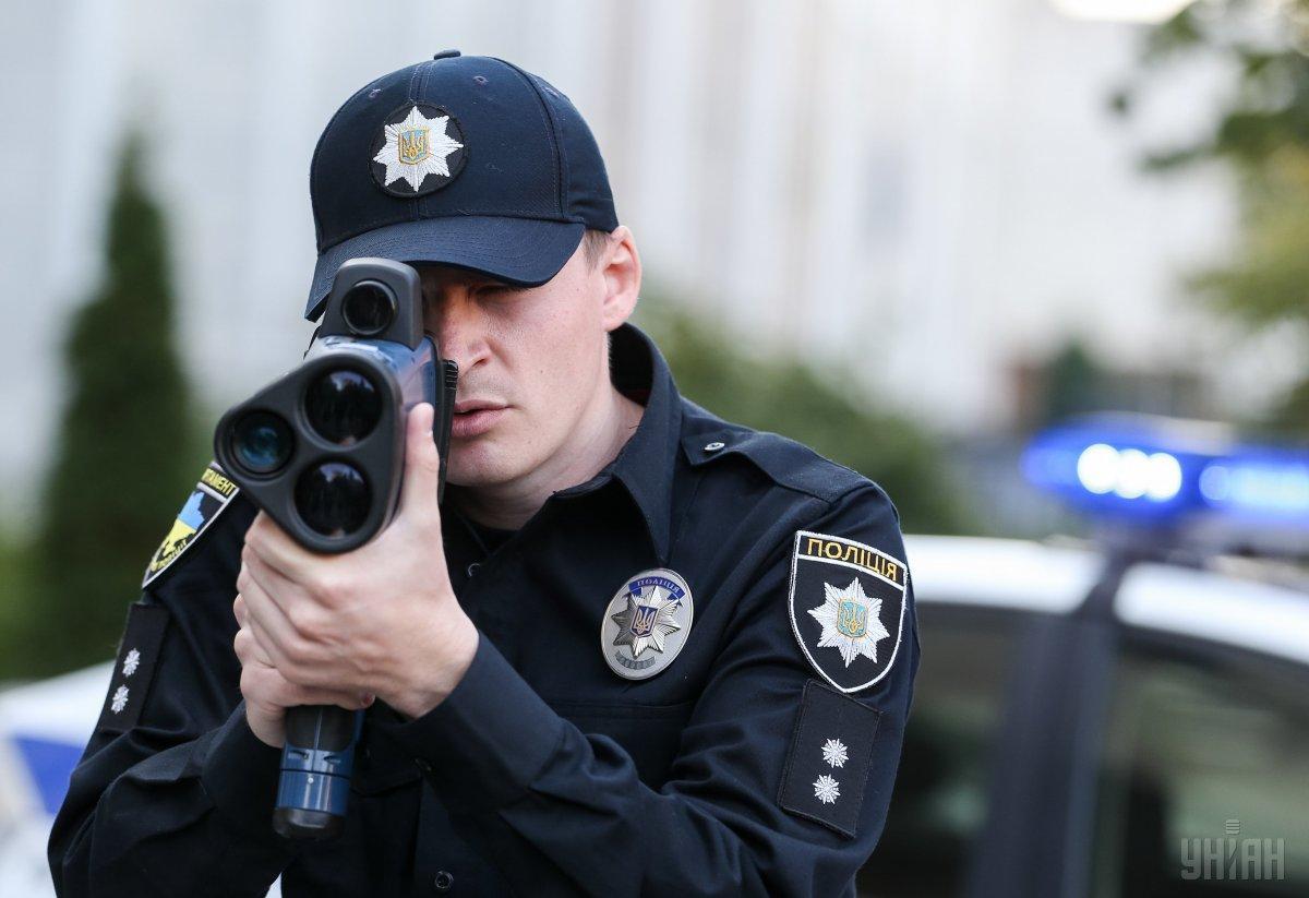Сами патрульные советуют соблюдать ПДД и не превышать скорость / фото УНИАН