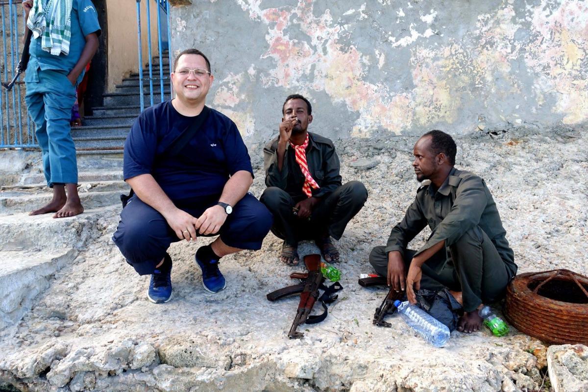 В Сомали, куда я поехалс друзьями, мы заранее нашли и наняли проводников и охрану из четверых автоматчиков/ фото Facebook Константина Симоненко