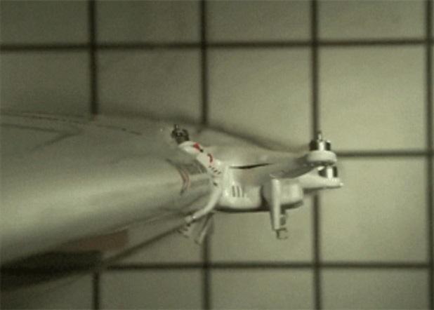 Дрон DJI Phantom 4 зіткнувся з передньою кромкою крила легкого літака / скріншот