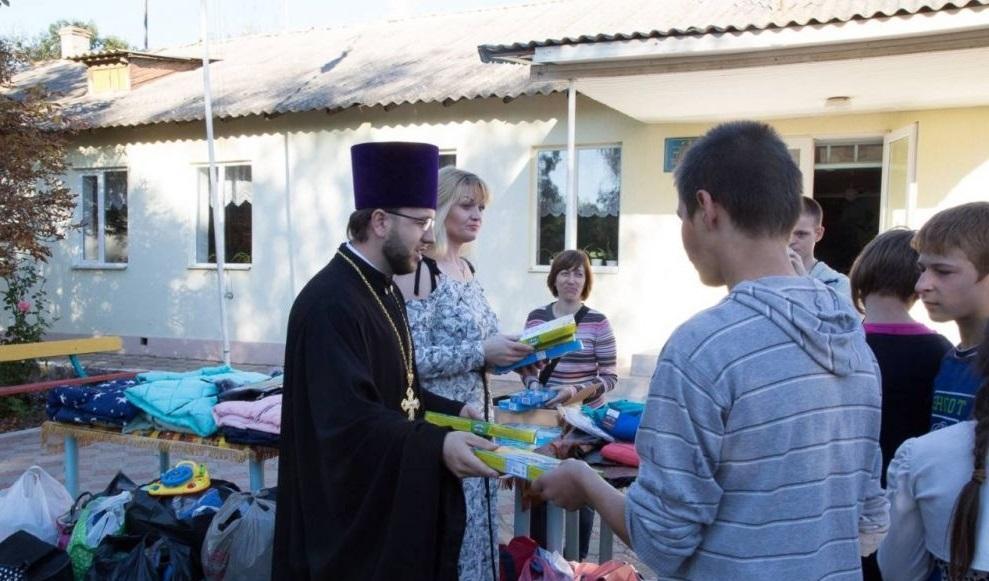 Православная молодежь Одессы передала воспитанникам школы-интерната новую зимнюю одежду и сладости / eparhiya.od.ua