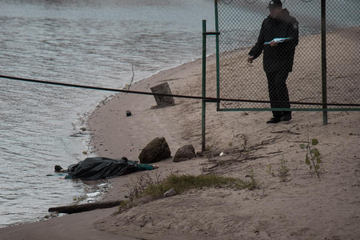 Труп виявили на березі дитячого пляжу / фото Інформатор