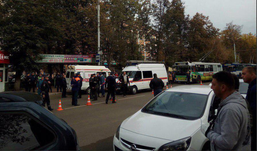 По данным СМИ маршрутка пропускала пешеходов в соседнем ряду а водитель троллейбуса не успел остановиться  Mash