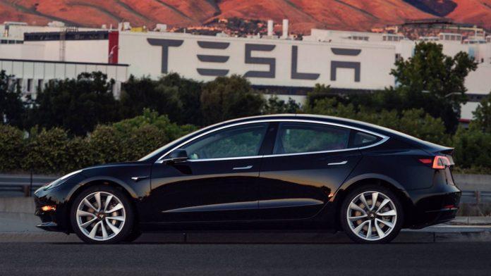 Tesla Model 3 на одной подзарядке батареи проезжает около 540 км / фото autonews.ua