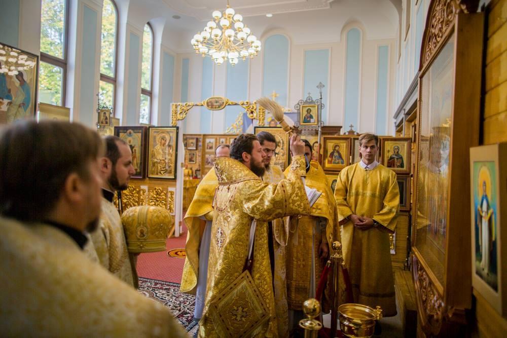 Митрополит Онуфрий передал в Страсбург икону / facebook.com