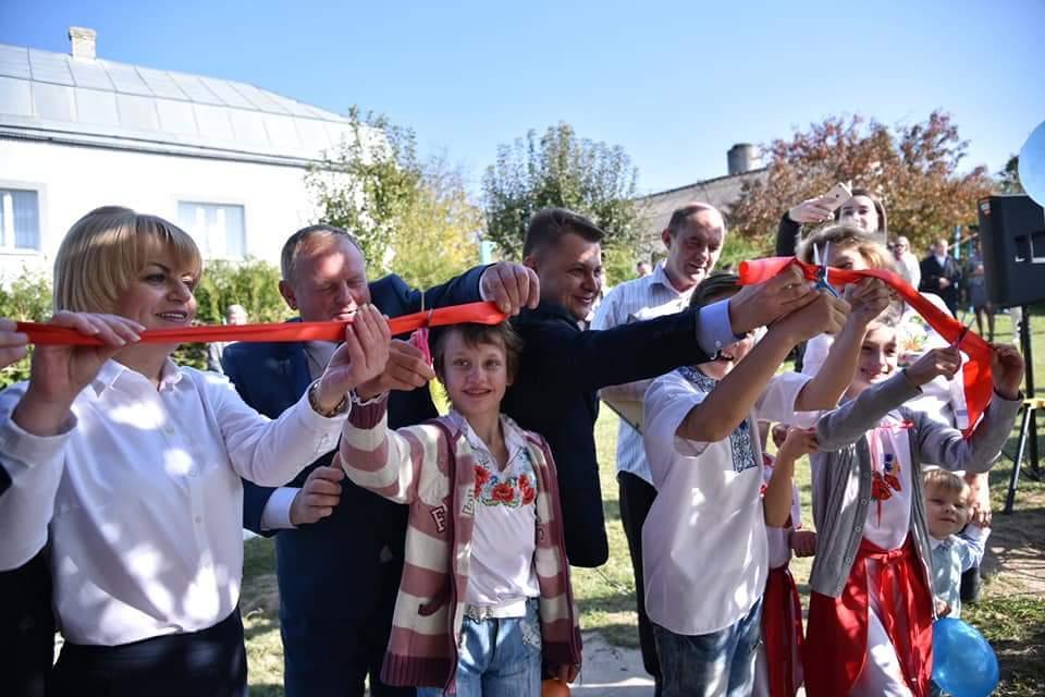 На Тернопільщині сім'я, яка виховує 10 дітей, отримала новий будинок вартістю понад 1 млн грн / фото: прес-служба тода