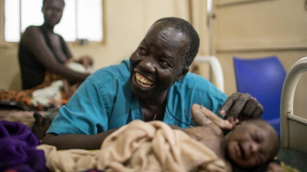 Атар уже более двух десятков лет служит единственным хирургом в больнице Мабан / religionnews.com