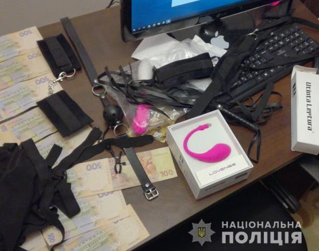Під час обшуків було вилучено комп'ютерну техніку, веб-камери, мобільні телефони, еротичні гардероби, готівкові кошти та банківські картки / фото npu.gov.ua