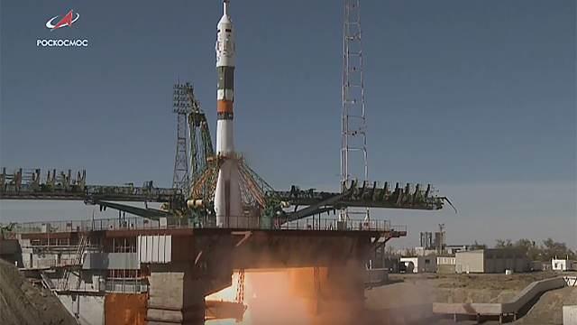 На останніх хвилинах записі видно, як бігають робітники на космодромі / Роскосмос
