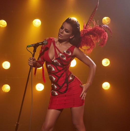 Співачка розмістила у соцмережі фото в оригінальній яскравій сукні з очима і пір'ям / Instagram Ані Лорак