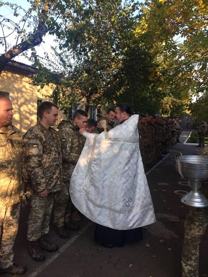 Священнослужитель звершив уставний молебень за мир в Україні та окропив святою водою військових / m-church.org.ua